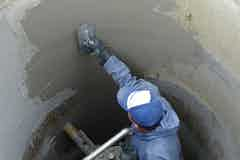 Application of Vandex Rapid to the inside of a manhole